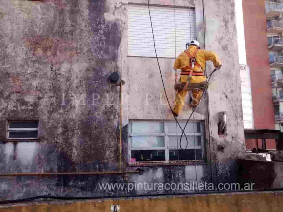 Hidrolavado pintura exterior de edificio con silleta trabajos en altura